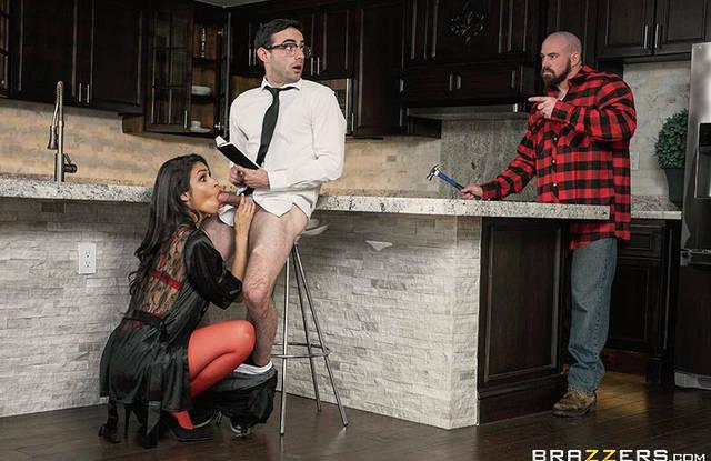 На кухне жена изменяет мужу с его родным братом на стуле и столе
