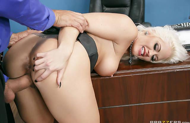 Зрелая секретарша соблазняет на секс нового симпатичного сотрудника