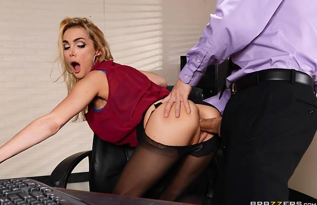 Зрелая секретарша в колготках подставляет дырочку для секса в офисе