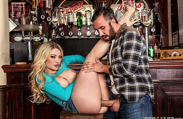 Мужик в баре разминает красотке пизду огромным толстым фаллосом