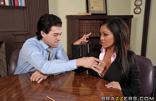 Бразерс  - Зрелая брюнетка в офисе подставила дырочку для секса и оргазма