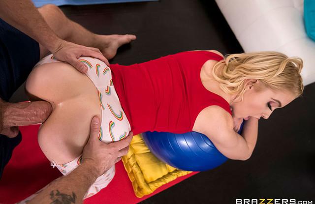 Анальная дырочка девки растянулась на толстом члене тренера по йоге