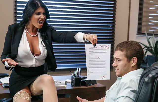В офисе начальница накричала на мужика и трахнулась с ним на столе