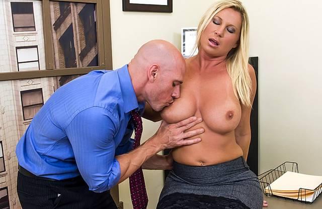 Зрелый босс трахает секретаршу в юбке и трусиках прямо на столе