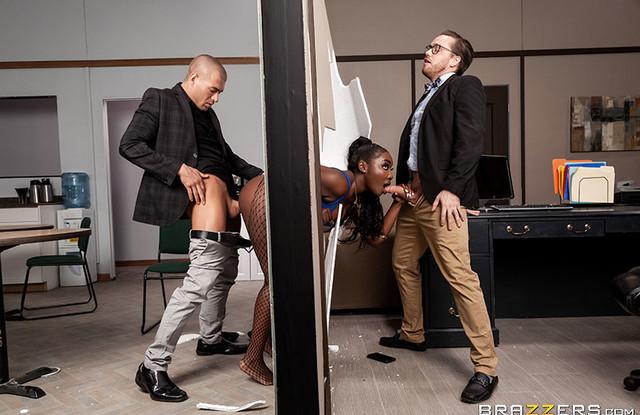 МЖМ секс с грудастой мулаткой в офисе
