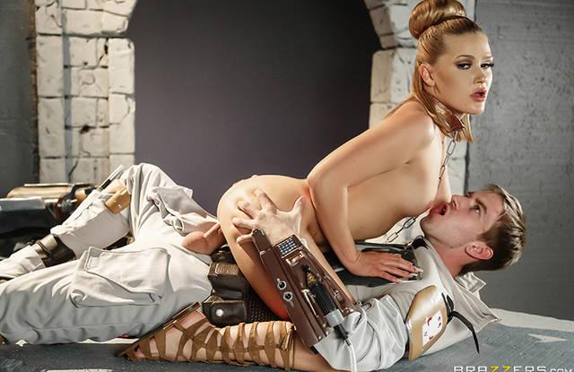 Порно пародия - Блондинка пленница скачет на большом члене своего надзирателя
