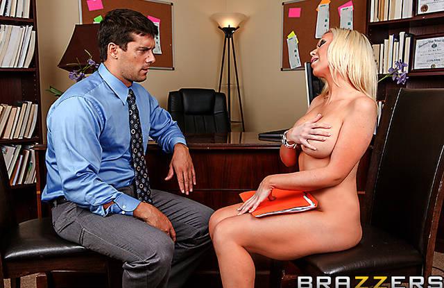 В школе блондинка сосет и давится длинным членом учителя в кабинете
