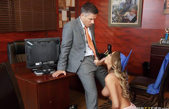 Brazzers - В школе блондинка стоит на коленях и делает глубокий минет директору