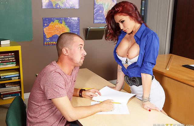 Училка в чулках дрочит клитор перед учеником и получает член в пизду