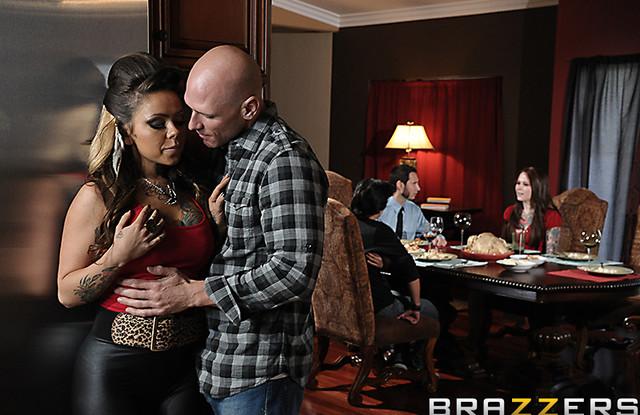 Brazzers - Лысый трахает жену друга пока тот занят общением с друзьями