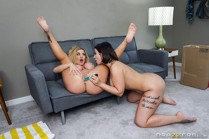 Две жопастые и сисястые лесбиянки занялись страстным сексом на диване и на кровати