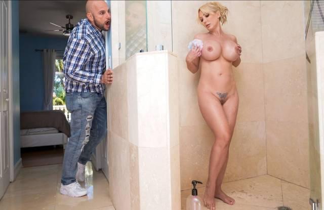 Зрелая блондинка с огромными сиськами изменяет мужу с его приятелем