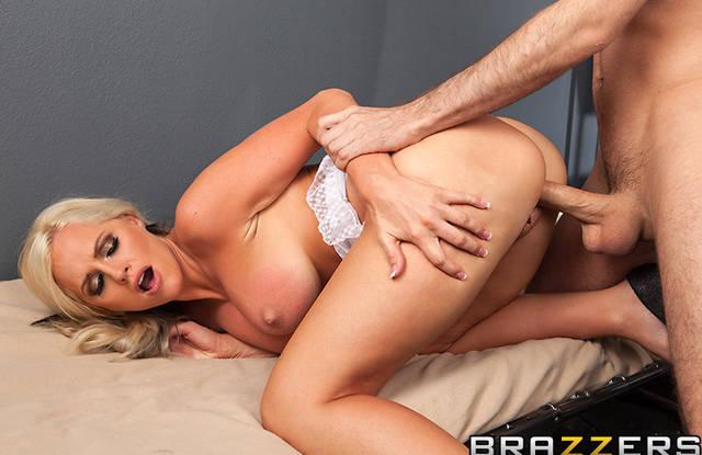 Зрелая блондинка пришла на секс-свидание к любимому в тюрьму