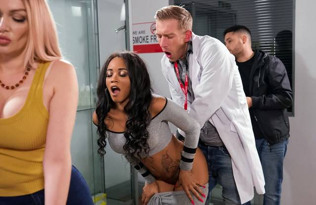 Доктор присунул член в анал темнокожей девице прямо в больнице