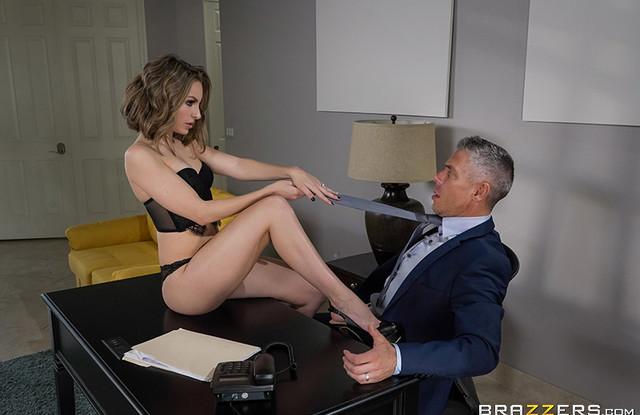 Начальник кончил в рот похотливой секретарше в офисе, на столе в своем кабинете