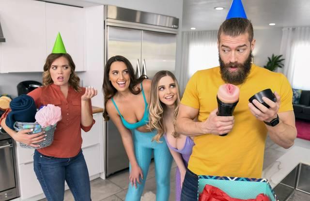 Лесбиянки на домашней вечеринке отсасывают бородатому хипстеру толстый хрен