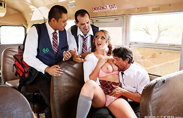Школьница классно скачет на большом члене водителя автобуса