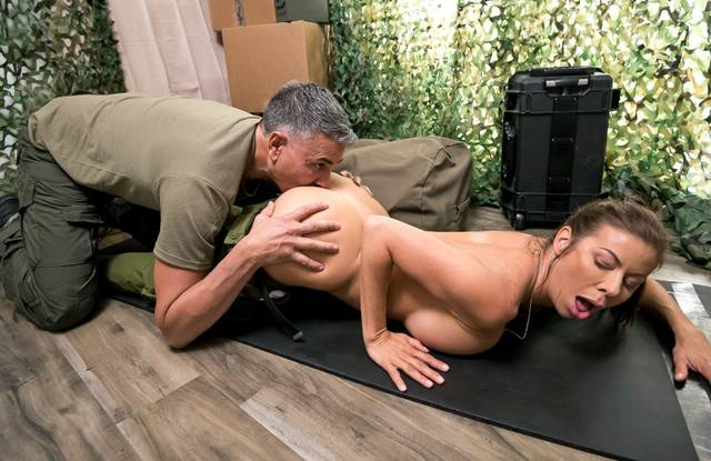 Анал военной девушки нравится седому хуястому полковнику в казарме