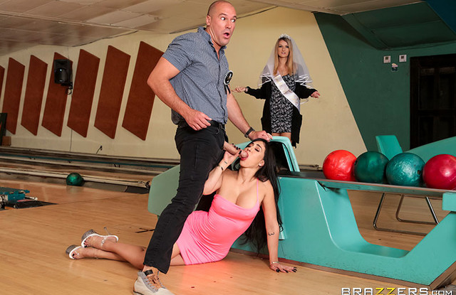 Brazzers - Муж изменяет своей жене с латинкой во время боулинга