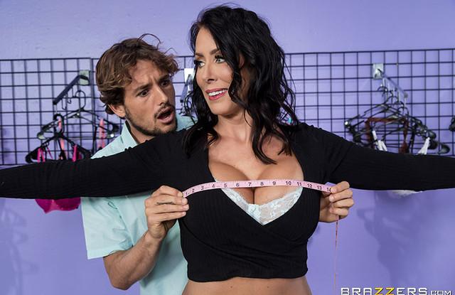 Brazzers - Красивая мамаша занимается сексом с продавцом в магазине