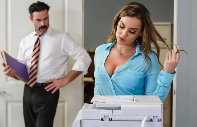 В офисе директор кончил в ротик симпатичной сисястой блондинке