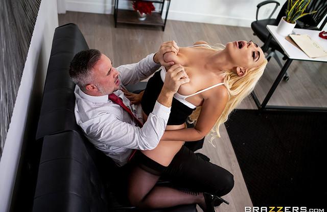 Brazzers - Влюбчивая секретарша занялась сексом со своим боссом в офисе