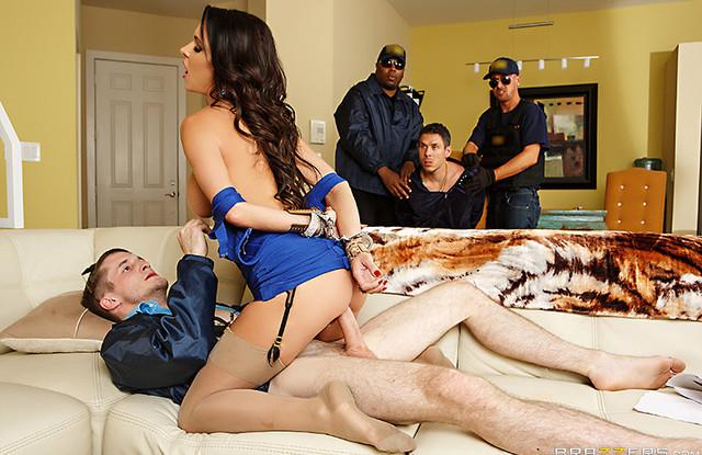 Полицейский арестовал мужика, а потом на его глазах трахнул его жену