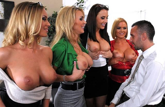 Секретарши в четыре ротика на Новый год отсасывают боссу пенис