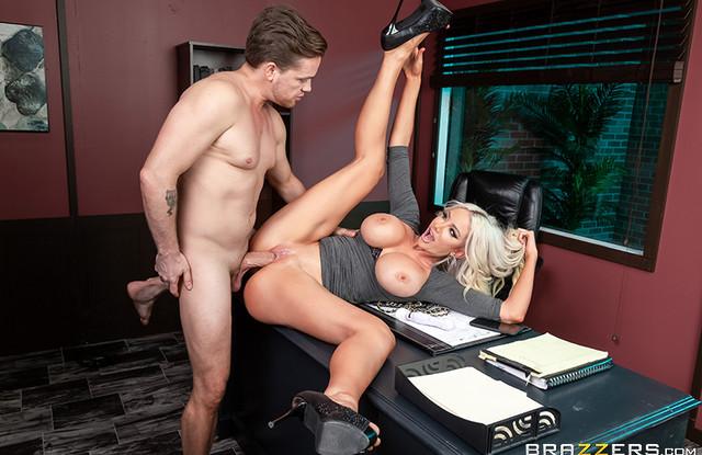 Brazzers - Ученик трахнул директрису прямо у неё в кабинете