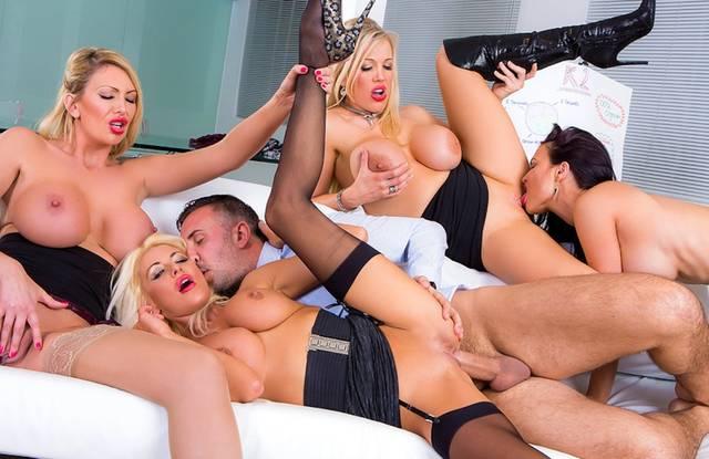 В офисе зрелый директор трахает четырех бисексуальных ассистенток