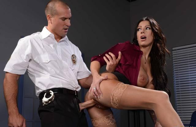В офисе начальница раком в платье трахается с охранником и кончает